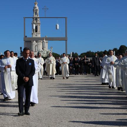 """Reitor do Santuário de Fátima desafia peregrinos a viverem «como """"pedras vivas"""" da Igreja e em união com o Santo Padre»"""