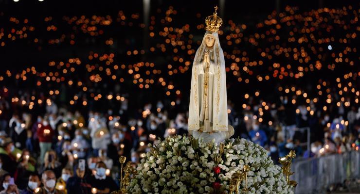 """""""As numerosas velas que ardem diante da imagem de Nossa Senhora são o sinal da consolação de Jesus que Nossa Senhora nos traz"""", afirma cardeal Jean-Claude Hollerich"""