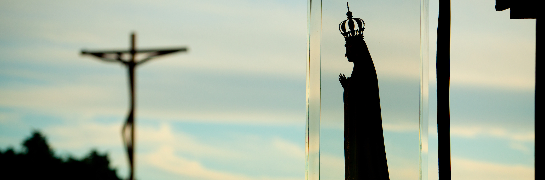 Nossa Senhora a olhar a cruz.jpg
