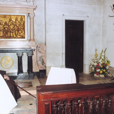 Irmã Lúcia junto ao túmulo de Francisco Marto
