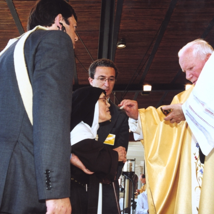 João Paulo II dá a comunhão à Irmã Lúcia