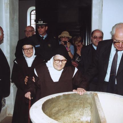 Irmã Lúcia junto à pia baptismal, na igreja de Fátima