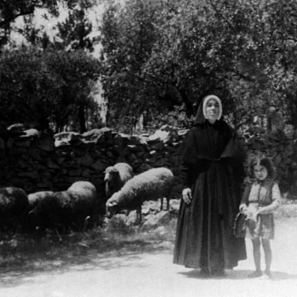 Irmã Lúcia e uma crianças com um rebanho de ovelhas