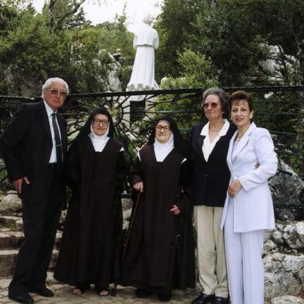 Irmã Lúcia com familiares e a sua médica na Loca do Cabeço