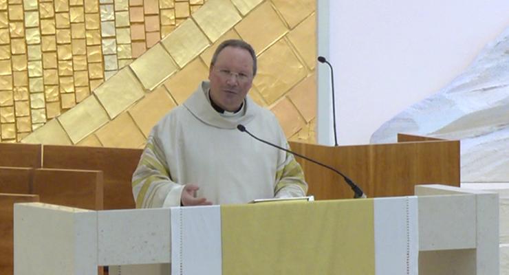Reitor apresenta o batismo como condição para uma vida de santidade