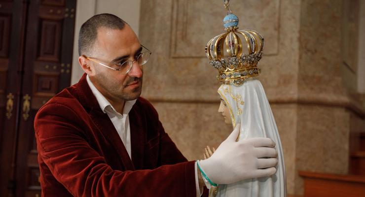 """""""Todos os dias penso nesta escultura"""" que """"representa a humanidade que está de mãos postas em oração"""""""
