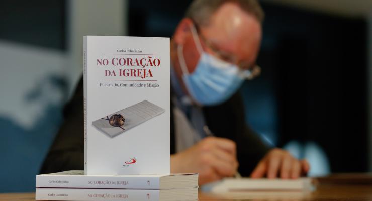 """Padre Carlos Cabecinhas lança livro """"No Coração da Igreja: Eucaristia, Comunidade e Missão"""""""